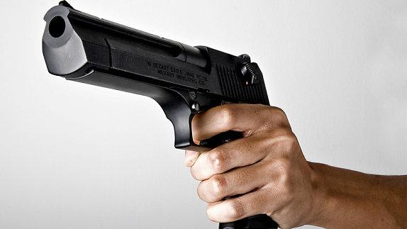 Trong những tin tức pháp luật mới nhất hôm nay có vụ chủ thầu xây dựng nổ súng khiến chủ nợ ngất xỉu