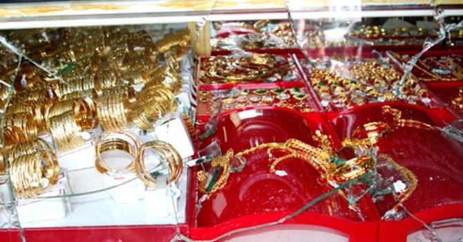 Những tin pháp luật mới nhất hôm nay đề cập đến vụ Tạm giam bị can cướp vàng tại trung tâm thương mại