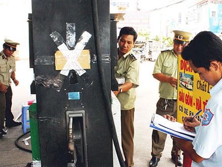 Phó Thủ tướng Nguyễn Xuân Phúc yêu cầu thường xuyên thanh tra, kiểm tra các hành vi gian lận trong Kinh doanh xăng dầu.