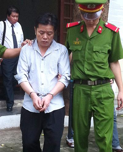 Bị cáo Feng sau phiên xử, theo những tin tức pháp luật online trong ngày