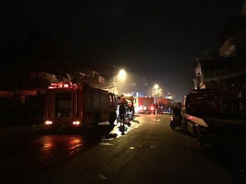 Điều tra làm rõ vụ cháy 13 ki-ốt tại chợ Xốm là một trong những tin pháp luật online mới nhất hôm nay. Ảnh: