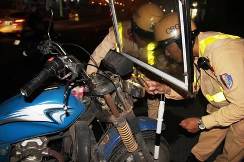 Thu giữ hàng loạt xe máy cũ nát chạy trên đường theo những tin tức pháp luật 24h qua. Ảnh: