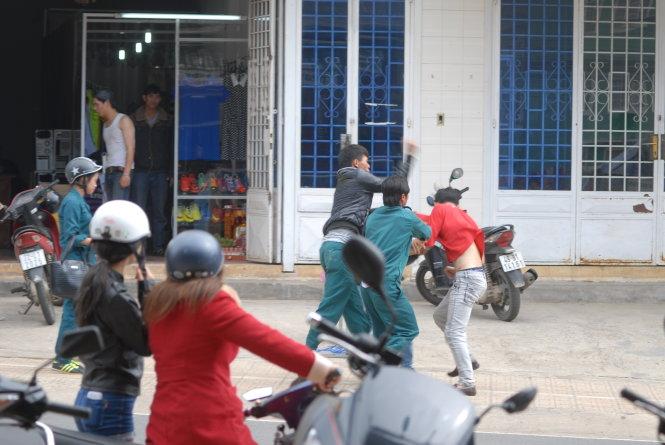 Dân quân đánh nhau giữa đường khi đi hát karaoke là một trong những tin pháp luật online mới nhất trong ngày