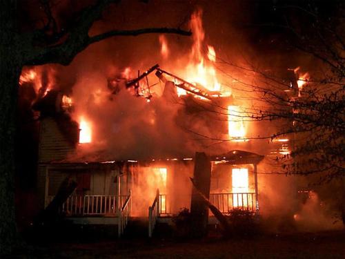 Trong những tin tức pháp luật mới nhất hôm nay có tin phóng hỏa đốt nhà vì mâu thuẫn gia đình