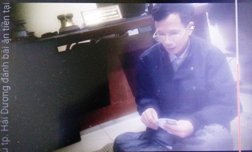 Ông Phạm Thanh Giang, Trưởng Công an phường Trần Phú ngồi chơi bài cùng với 3 người bạn tại phòng làm việc