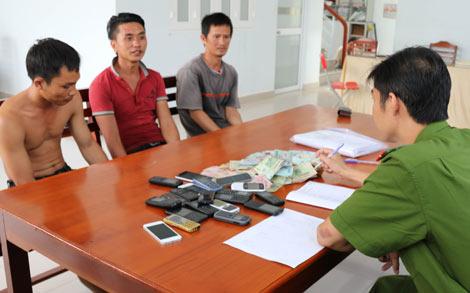 Những tin pháp luật 24h qua đề cập đến vụ ắt quả tang 39 đối tượng đá gà ăn tiền