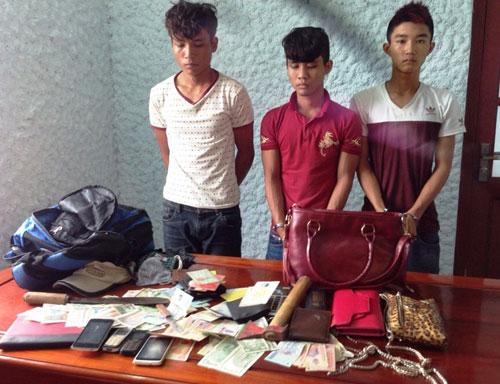 Những tin pháp luật mới nhất hôm nay đề cập đến nhóm thanh niên dùng rìu cướp tài sản trên quốc lộ