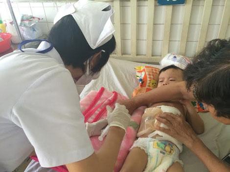Cháu Hải đang được các y, bác sĩ chăm sóc tại bệnh viện, theo những tin tức pháp luật mới nhất hôm nay