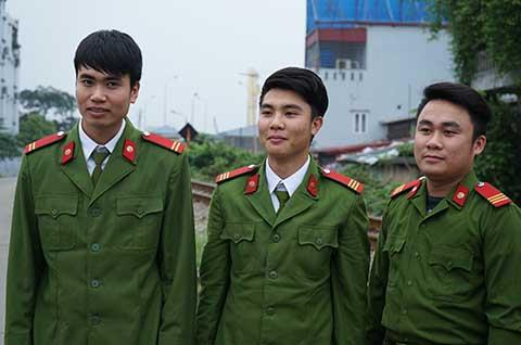 Thượng sỹ Đồng Xuân Linh (giữa) và đồng đội, theo tin tức pháp luật mới nhất hôm nay