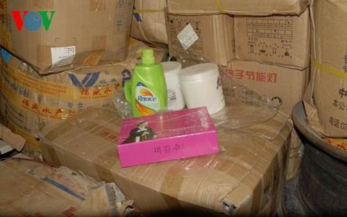 Trong những tin tức pháp luật 24h qua có vụ phát hiện hàng nghìn túi, hộp mỹ phẩm ở cửa khẩu Móng Cái