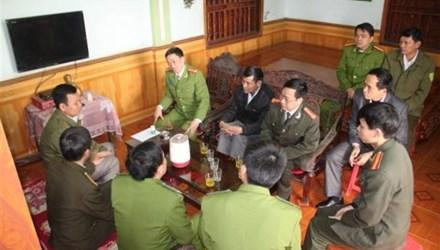 Lãnh đạo Công an tỉnh Nghệ An thăm, động viên và trao tiền hỗ trợ cho ông Hiệu (ngồi trong cùng bên trái)