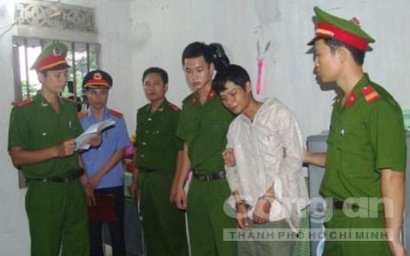 Công an huyện Đức Thọ (Hà Tĩnh) đọc lệnh bắt khẩn cấp đối với Nguyễn Ngọc Long