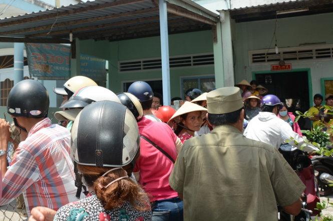 Người dân bàng hoàng vây quanh hiện trường vụ án, theo tin pháp luật 24h hôm nay