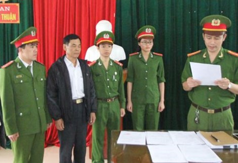Cảnh sát đọc quyết định khởi tố bị can đối với ông Phan Công Hiền (thứ hai từ trái sang).