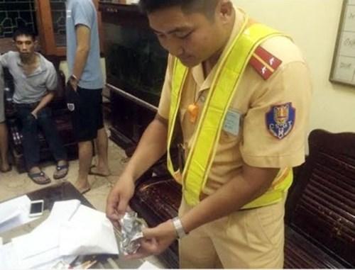 tin tức pháp luật mới nhất: Tổ công tác Phòng CSGT Công an tỉnh Bắc Giang đã bắt được đối tượng tình nghi vận chuyển ma túy đá