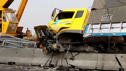 Xe tải nát vụn phần đầu sau vụ tai nạn giao thông