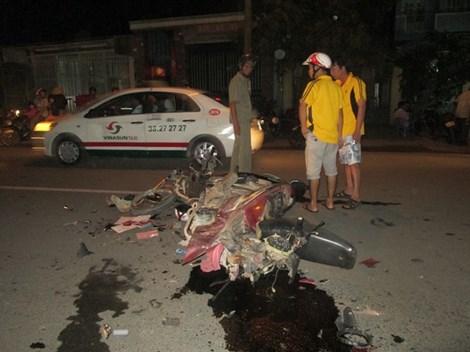 Vụ tai nạn giao thông xảy ra lúc 20h ngày 25/4 khiến hai lái xe bị thương nặng