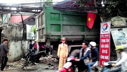 tin tức tai nạn giao thông mới nhất, xe rác mất lái nghiền nát nhiều xe máy trên đường