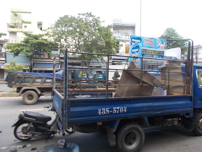 Thợ sơn bị thương nặng do không chú ý húc mạnh vào xe tải chạy đằng trước