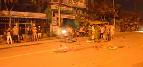 Hiện trường vụ tai nạn chết người trong đêm sau vụ va chạm giữa xe máy và xe ben