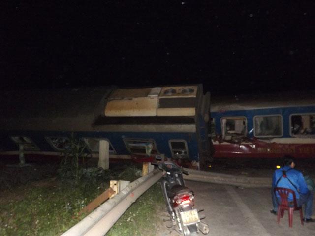 Tàu hỏa SE5 chạy hướng bắc nam đã đâm thẳng vào ô tô tải băng qua đường ngang dân sinh. Ảnh Vietnamnet