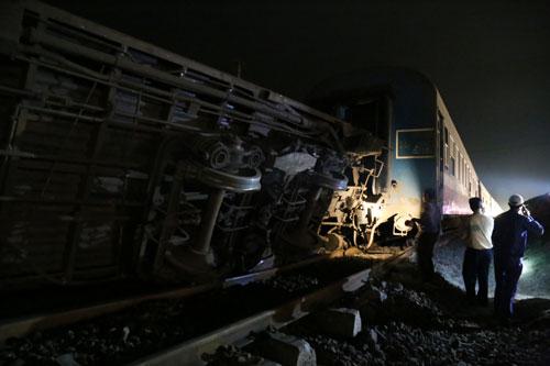 Cú tông mạnh làm 2 toa khách và một toa phục vụ tàu hỏa trật khỏi đường ray, hư hỏng nặng. Ảnh VnExpress