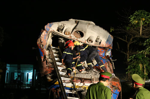 Đầu máy xe lửa đứt lìa tàu, chạy thêm một km mới dừng lại, lái tàu tử vong trong cabin. Ảnh VnExpress