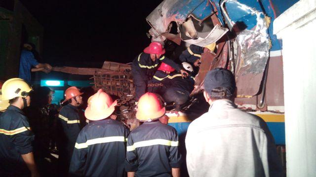 Lực lượng cứu hộ tiếp tục làm việc trong đêm tối