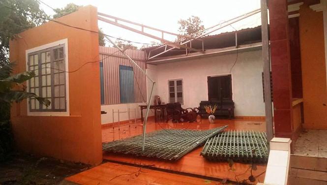 Trong những tin tức thời sự 24h hôm nay có việc lốc xoáy cực mạnh kèm theo mưa đá đã làm tốc mái 320 ngôi nhà ở Thừa Thiên Huế