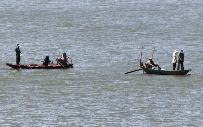 Trong những tin tức thời sự 24h hôm nay có việc lực lượng cứu hộ vẫn chưa tìm thấy tung tích hai mẹ con nhảy cầu Bến Thủy