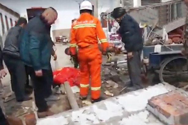 Tin tức mới nhất, cô Liao Hsu, 28 tuổi đã bị tường đè chết sau khi cố gắng trèo tường vào nhà để lấy chìa khóa bỏ quên. Ảnh Mirror