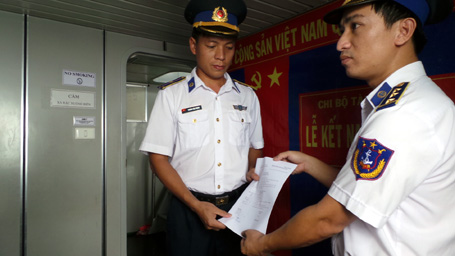 Một ngày đáng nhớ khi 2 chiến sĩ tàu Cảnh sát biển Việt Nam 4034 được kết nạp Đảng ngay trên biển Đông