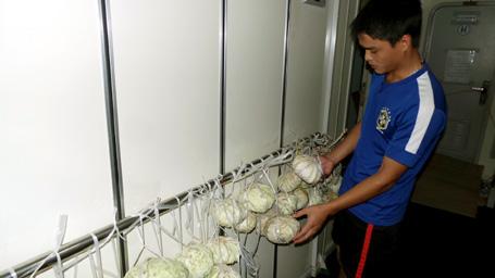 Lương thực, thực phẩm trên tàu được các chiến sĩ cảnh sát biển bảo quản, xếp đặt cẩn thận do thời tiết khắc nghiệt với sóng to gió lớn trên Biển Đông
