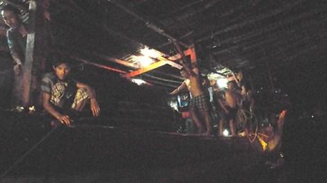38 thuyền viên tàu QNA 91207-TS dTàu SAR27-01 được lai dắt vào bờ an toàn sau nhiều ngày trôi dạt trên Biển Đông
