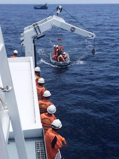 Lực lượng tàu SAR 412 làm nhiệm vụ cứu nạn trên Biển Đông