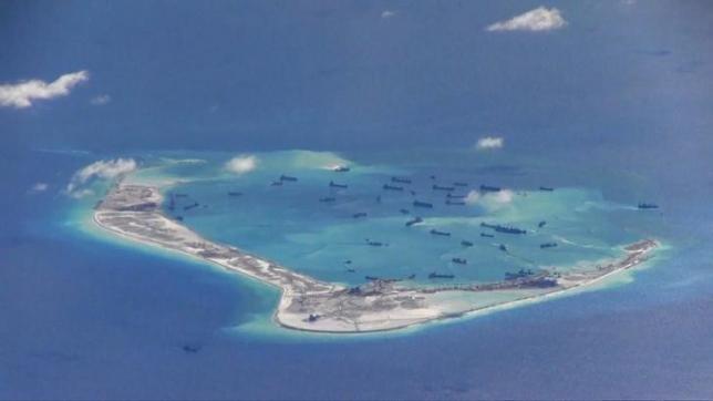 Các tàu nạo vét của Trung Quốc hoạt động trái phép tại Đá Vành Khăn thuộc quần đảo Trường Sa của Biển Đông Việt Nam