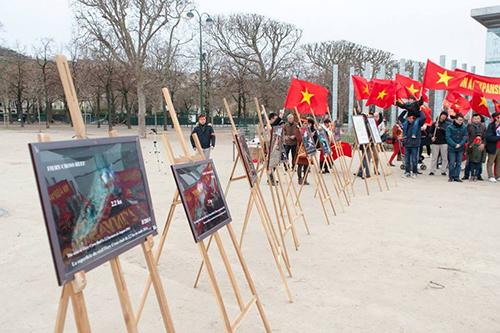 Hội người Việt ở Pháp còn trưng bày hình ảnh về các hoạt động của Trung Quốc xâm phạm chủ quyền Việt Nam ở Biển Đông