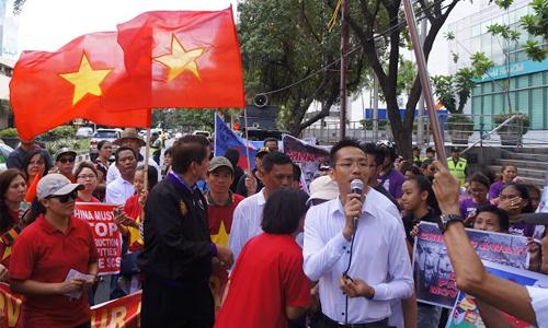 Cuộc biểu tình diễn ra rầm rộ trước cửa Đại sứ quán Trung Quốc tại Manila trong bối cảnh tình hình Biển Đông hiện nay