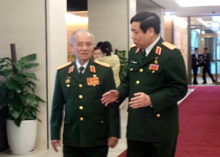 Đại tướng Phạm Văn Trà và Đại tướng Phùng Quang Thanh trao đổi thêm về tình hình Biển Đông mới nhất bên hành lang Quốc hội