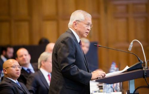 Ngoại trưởng Philippines Albert del Rosario trình bày các luận điểm về vụ kiện Biển Đông trong phiên điều trần hồi tháng 7