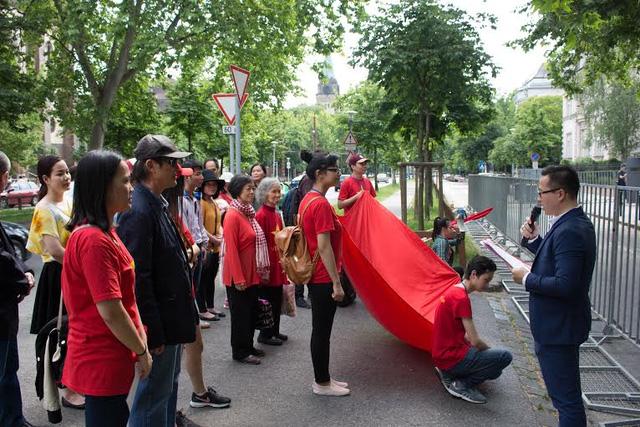 Cuộc biểu tình phản đối Trung Quốc ở Biển Đông của cộng đồng người Việt tại Hungary diễn ra quyết liệt nhưng ôn hòa