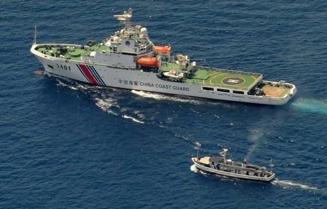 Một tàu Trung Quốc và một tàu cung ứng của Philippines đối đầu trên Biển Đông hồi năm 2014