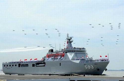 Tình hình Biển Đông ngày 14/10: Một trong 4 tàu đổ bộ lớn nhất Hải quân Indonesia tham gia buổi duyệt binh