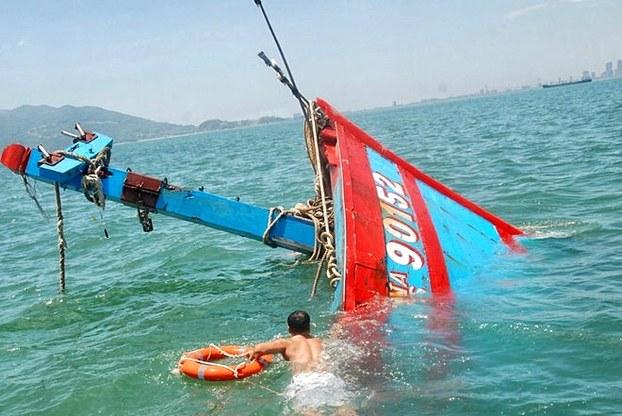 Lai dắt tàu cá Việt Nam bị tàu Trung Quốc đâm chìm ở biển Đông về cảng