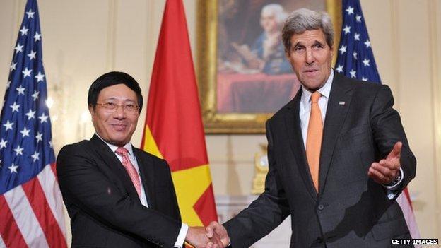 tình hình Biển Đông ngày 26/10: Trung Quốc khó chịu vì Mỹ bỏ lệnh cấm bán vũ khí cho Việt Nam