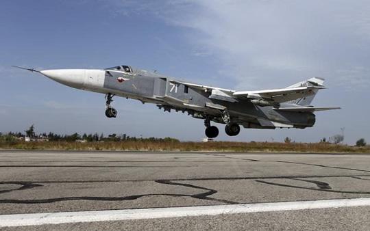 Một máy bay Su-24 của Nga cất cánh tại căn cứ gần TP Latakia - Syria