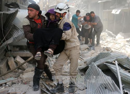 Sơ tán người bị thương khỏi hiện trường một vụ không kích ở Aleppo, theo tình hình chiến sự Syria mới nhất