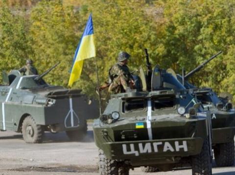 Xe quân sự Ukraine tuần tra ở tỉnh Donetsk