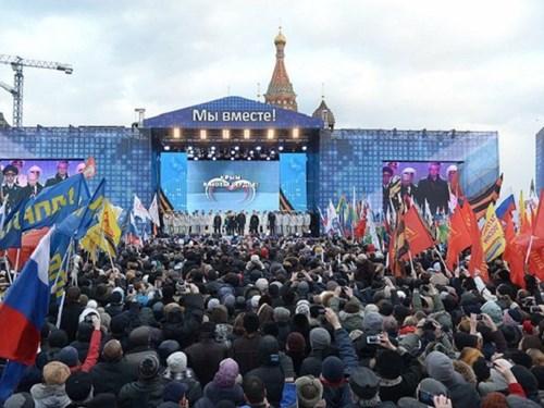 Người dân Crimea tham gia một cuộc biểu tình ủng hộ sáp nhập vào Nga