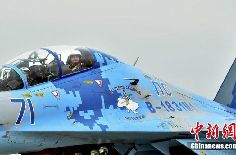 Tổng thống Ukraine đích thân ngồi trên chiến đấu cơ Su-27 tại khu vực Zaporizhya